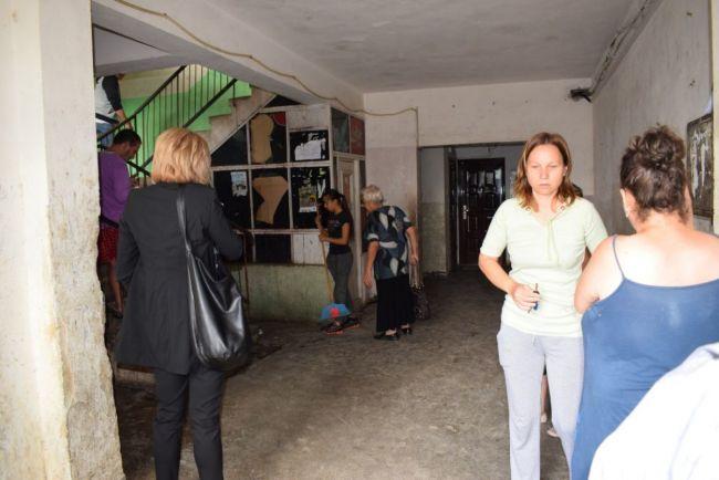 Femeia care i a dat cu papucul in cap primarului evacuata din locuinta