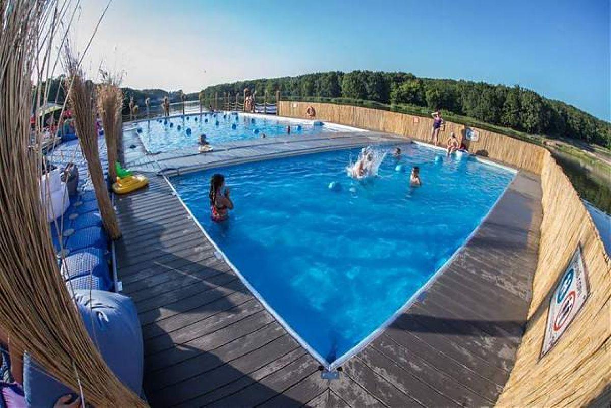 Oferta de nerefuzat de la un restaurant cu piscina de la for Oferta de piscina